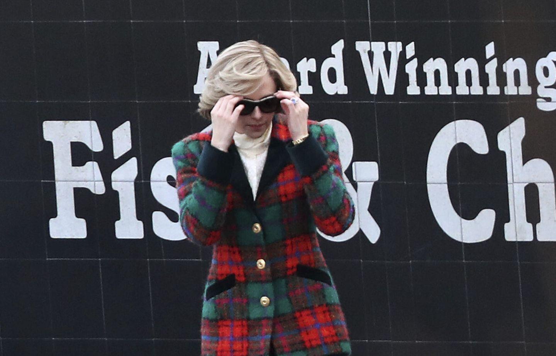 """Erste Fotos der Dreharbeiten zum Film """"Spencer"""" beweisen es: DieRolle derLadyDiana verkörpertSchauspielerin Kristen Stewart optisch perfekt.Sowohl Kleidungsstil, als auchSchmuck und Haare erinnern an die verstorbene Prinzessin und Mutter von Prinz William und Prinz Harry.Im Mittelpunkt des Films stehendrei schicksalhafteTage Anfang der 1990er Jahre, als Diana amWeihnachtswochenende den Entschluss fasste, die Ehe mit Prinz Charles zu beenden."""
