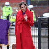 Genau wie Königin Máxima liebt es auch Herzogin Meghan knallige Farben zu tragen und das von Kopf bis Fuß! Ihre knallroten Pumps von Stuart Weitzman passen perfekt zu dem knallroten Mantel.