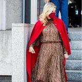 In einem knielangen Kleid mit Leomuster und mit einem knallroten Cape-Mantel über den Schultern (beides von Natan Couture)besucht Königin Máxima eine Veranstaltung in Den Haag. Die roten Samtpumps passen perfekt und sind nicht nur an Máxima ein Hingucker...