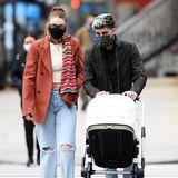 """Auf geht's zum Lunch! In New York werden Gigi Hadid und Zayn Malik gesichtet. Baby Khai liegt imBugaboo """"Fox 2"""" – einem Kinderwagen, der aufgrund seines Designs perfekt zu den stylischen Eltern passt."""