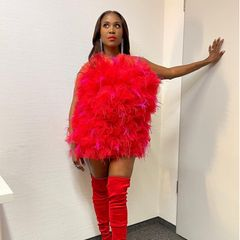 """Motsi Mabuse sieht Rot: In einem Traum aus rotem Tüll heizt sie den """"Let's Dance""""-Fans auf Instagram ein."""
