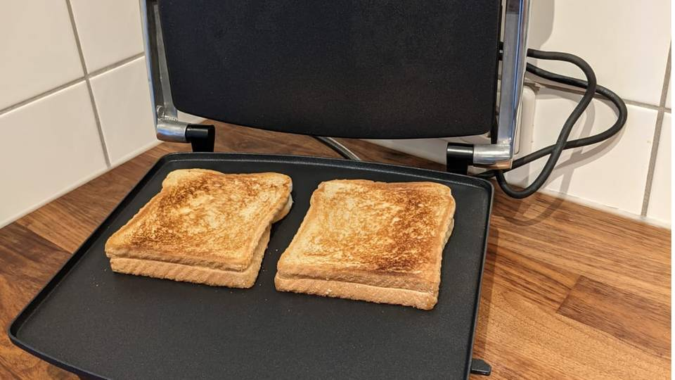 Sandwichmaker, braun gebackene Toasts