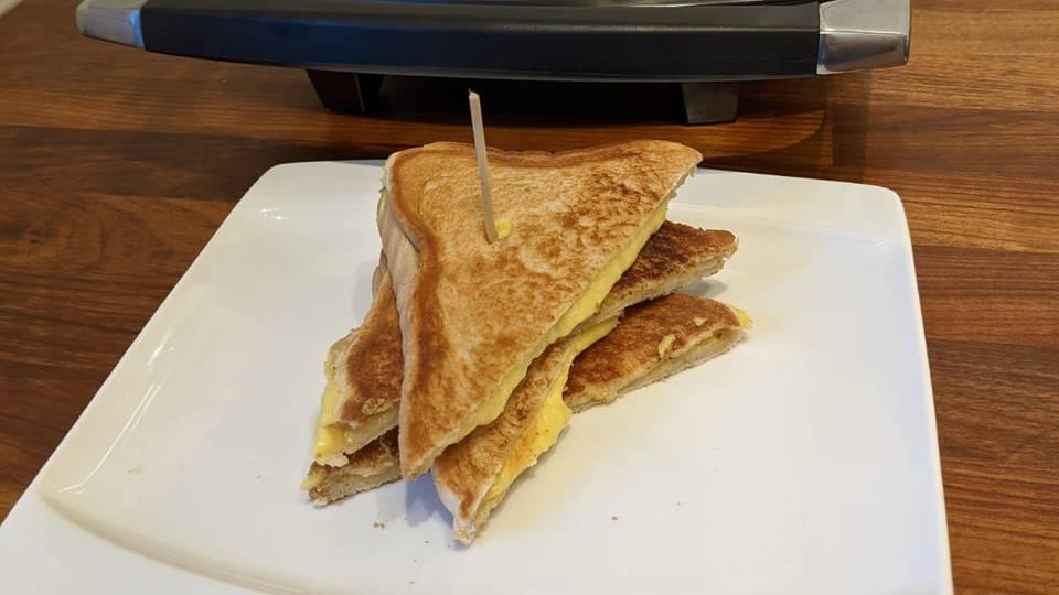 Sandwichmaker, Sandwiches, Toast mit zerlaufenem Käse