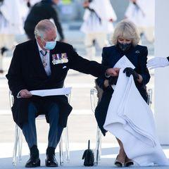 25. März 2021  Süße Liebesgeste von Prinz Charles: Während eines offiziellen Terminshilft er seiner Camilla dabei, sich eine wärmende Decke über die Beine zu legen. Das royale Paar schaut sich an diesem Tag eine Militärparade im frühlingsfrischen Athen an.