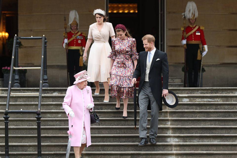 Queen Elizabeth mit ihren Enkelkindern Prinz Harry, Prinzessin Beatrice und Prinzessin Eugenie