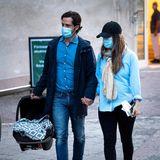Stolz trägt Prinz Carl Philip seinen neugeborenen Sohn imMaxi-Cosi Richtung Auto.