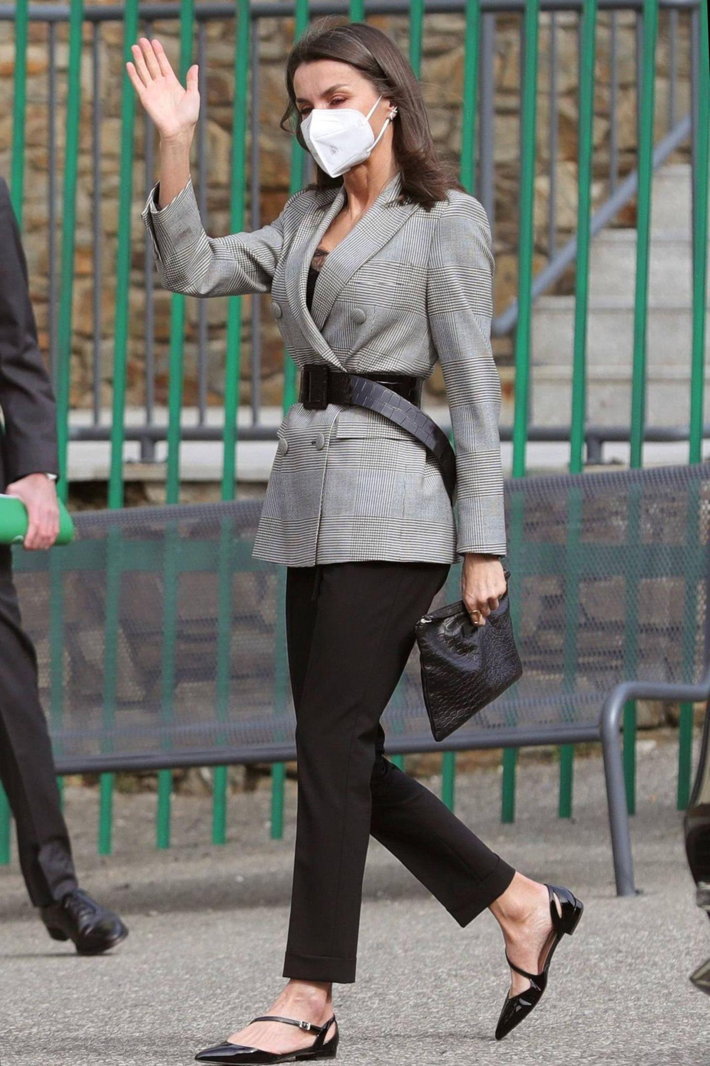 Es ist der zweite Tag von Königin Letizias und König Felipes Andorra-Reise. Das spanische Oberhaupt trägt einen schlichten Look bestehend aus einer schwarzen Hose und einem grau-melierten Blazer des Labels Carolina Herrera, den Letizia gekonnt mit einem Taillengürtel upgradet. Doch wirklich ungewohnt ist das Schuhwerk der 48-Jährigen: Denn flache Schuhe, wie dieses Ballerina-Modell von Hugo Boss, sehen wir äußerst selten an der 1,70 Meter großen Schönheit.