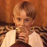 """Tom Felton  """"Kein Butterbier"""" betont Tom Felton bei diesem niedlichen Throwback-Bild, das sogar noch aus Zeiten stimmt, bevor er mit seiner Rolle als fieser, kleiner Zauberer """"Draco Malfoy"""" in den """"Harry Potter""""-Filmen weltberühmt wurde."""