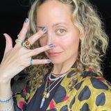Nicole Richie zeigt sich auf ihrem neuesten Instagram-Posting komplett ungeschminkt – die grünen Augen der Schauspielerin stehen allerdings auch ohne Make-up im Fokus. In Sachen Schmuck und Nagel-Design darf es für die 39-Jährige jedoch etwas mehr sein. Unzählige Ketten baumeln um Nicoles Hals und eine Reihe von auffälligen Ringen zieren ihre Finger.