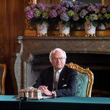 In einer außerordentlichen Ministerratssitzung werden dieNamen und das Herzogtum des dritten Sohnes von Prinz Carl Philip und Prinzessin Sofiadurch seinen Großvater König Carl Gustaf verkündet:Prinz Julian Herbert Folke ist Herzog von Halland undNummer sieben in der schwedischen Thronfolge.