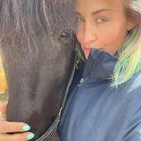 Diese strahlend grünen Augen erkennt man direkt. Pünktlich zum Frühlingsstart hat Sarah Connor ihren blonden Haaren ein frisches Update verpasst und trägt sie nun in allen Farben des Regenbogens.