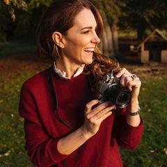 Auch, wenn die meisten auf diesem Bild fast nur Augen für Kates Lächeln haben, stechen vor allem auch ihre süßen Creolen ins Auge. Die goldenen Hoops von der britischen Designerin Daniella Draper harmonieren perfekt mit dem roten Pullover und Kates braunem Haar. Die Ohrringe sind mit 265 Euro nicht ganz günstig, allerdingshat das Schmucklabel auch günstigere Alternativen zu bieten.