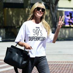 """Wo sie recht hat, hat sie recht. Heidi macht dem Aufdruck ihres """"90's Supermodel""""-Shirts von Dolce & Gabanna mit diesem coolen Look alle Ehre. Schwarze Skinnyjeans, edle Hermès-Bag und XXL-Sonnenbrille. Der Topmodel-Auftritt ist in dem Outfit auf jeden Fall garantiert."""