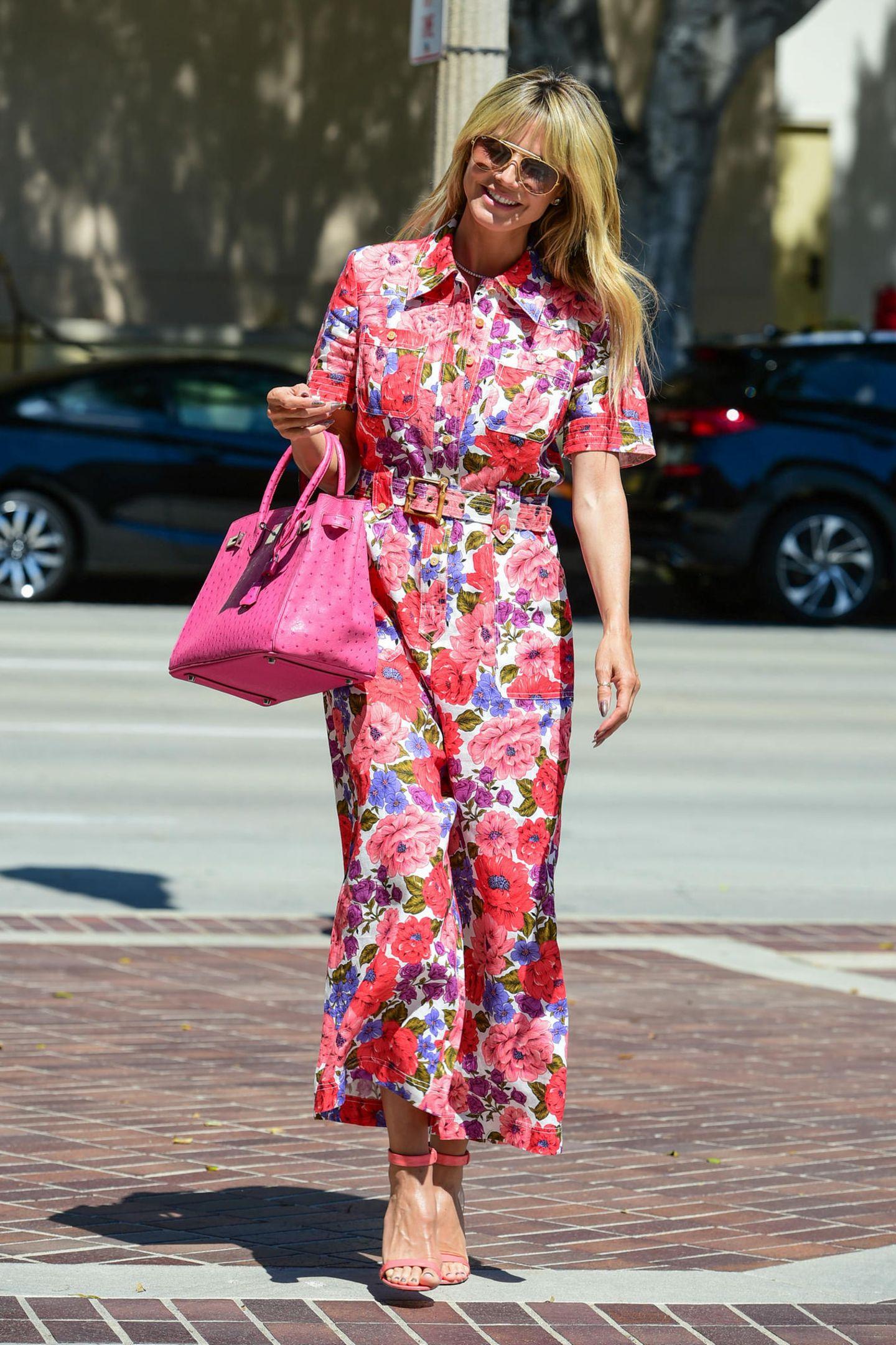 """In Heidis Kleiderschrank ist offiziell der Frühling eingezogen. In einem floralen Jumpsuit von Zimmermann mit passender Hermès-Bag sorgt das Topmodel auf dem Weg zur Aufzeichnungvon """"America's Got Talent"""" direkt für gute Laune."""