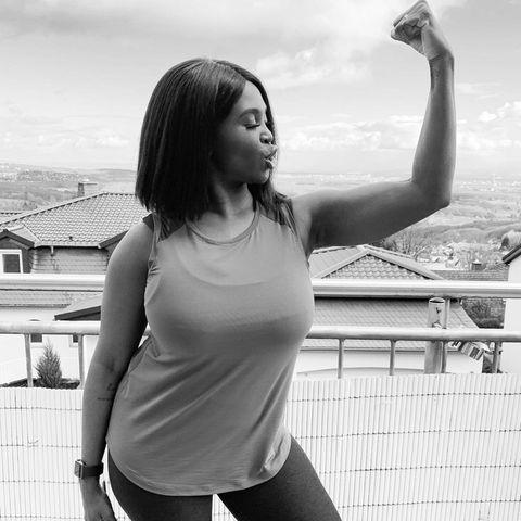 """Es ist eine Power-Pose: Motsi Mabuse zeigt ihre Bizepsmuskeln und wir staunen nicht schlecht. In der Caption unter dem Bild macht die """"Let's Dance""""-Moderatorin klar, dass es dabeiaber viel mehr als nur um Optik und Definition geht. Sie schreibt: """"Ich habe das Jahr 2021 der Gesundheit gewidmet, die wir manchmal für selbstverständlich halten! Ich definiere mich nicht über meinen Körper, das habe ich nie getan und werde es auch nie tun, aber unser Körper ist die Form, in der wir auf diesem Planeten existieren, also müssen wir unseren Tempel hegen und pflegen."""""""