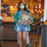 Während sich unsereins gerne im gemütlichen Schlabberoutfitinden Supermarkt bequemt, überzeugt Rihanna selbst hier für einen coolen Auftritt. Lässig trägt die Sängerin ihre Einkaufstüte auf Stilettos aus dem Supermarkt. Mit Minirock und Hawaiihemd macht ihr Look ziemlichgute Laune und verbreitet ein bisschen Urlaubsfeeling auch im Lockdown.
