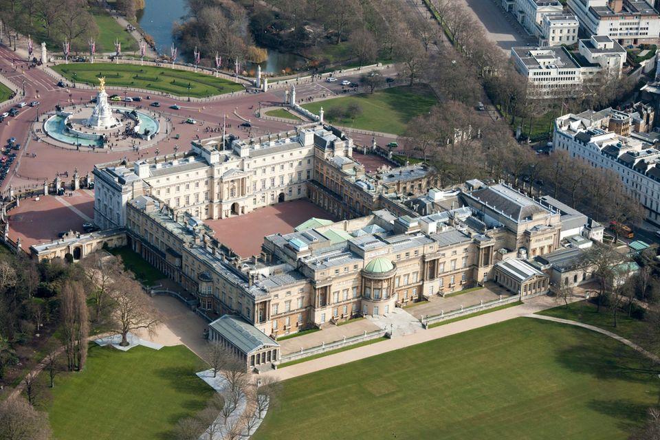 Der Buckingham Palast in London ist der Amtssitz der Queen. Er gehört zum Crown Estate.