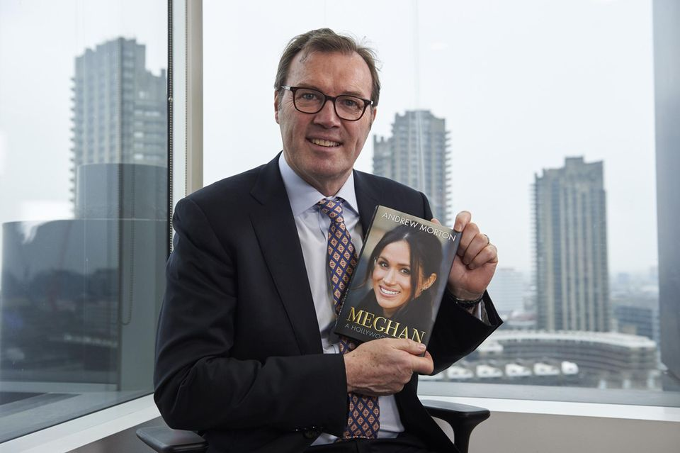Andrew Morton posiert seinem Buch über Herzogin Meghan.