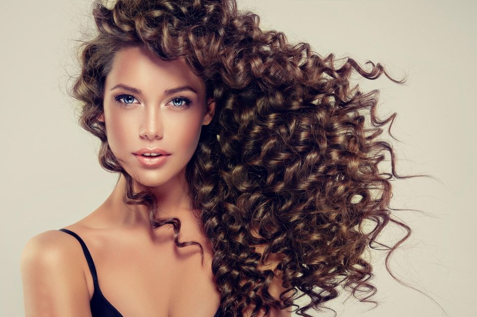 Curly Girl Methode: Frau mit lockigem Haar