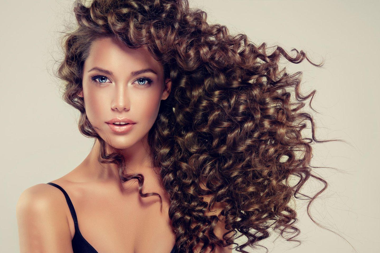 Curly Girl Methode: Frau mit lockigem Haar