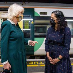 """30. März 2021  Herzogin Camilla springt gerne auf diesen Zug auf.Die Frau von Prinz Charles besucht die Initiative """"Rail to Refuge"""" an der Victoria Station in London. Das Projekt ist in einer Kooperationvon Eisenbahnunternehmen und der Frauenhilfsorganisation """"Women's Aid"""" entstanden, bei der die Zugbetreiber die Kosten für Bahntickets für Frauen, Kinder und auch Männer übernehmen, die vor häuslicher Gewalt fliehen und zu einerZufluchtunterkunft reisen müssen."""