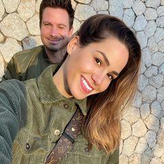 """Angelina und Sebastian Pannek sind nicht nur stolze Eltern. Sie sind auch ein echtes Dreamteam. Dieses Partnerlook-Selfie im Khaki-Look postet Angelina auf ihrem Instagram-Account. """"Bald haben wir schon unseren 1. Hochzeitstag. Verrückt wie die Zeit rennt"""", schreibt sie dazu. Die beiden haben nämlich im April 2020 ganz heimlich im engsten Kreis der Familie geheiratet."""