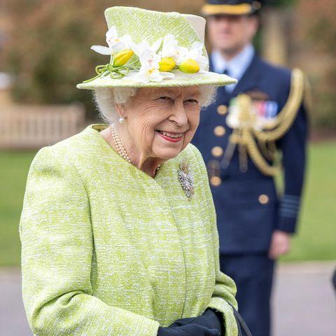 31. März 2021  Seltener Auftritt von Queen Elizabeth während der Pandemie: Es ist erst das vierte Mal, dass sich die britische Königin in der Corona-Krise öffentlich bei einem Termin zeigt. In einem Ensemble in Pistaziengrün wird sie von den Kameras vor Ort in Surreyanlässlich der Hundertjahrfeier der Royal Australien Air Forceabgelichtet – Grün, die Farbe der Hoffnung. Mit einem Lächeln im Gesicht und ihrem mit weißen und gelben Blüten besetzten Hut sorgt Queen Elizabeth zusätzlich für gute Laune.