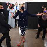 Bei einem Besuch in Celano, Kalifornien, zeigt sich die First Lady Dr. Jill Biden von einer ganz neuen Seite: Sie kombiniert ein dunkelblaues Pünktchen-Kleid mit farblich passendem Blazer und knallroten Pumps. Die Schuhe machen das Outfit richtig besonders und beweisen:Jill Biden scheint sich modisch immer mehr zu trauen.