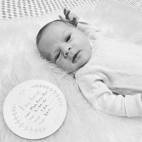 """1. April 2021  Vor einer Woche ist Schauspielerin Hilary Duffzum dritten Mal Mutter geworden; mit Ehemann Matthew Koma ist es das zweite gemeinsame Kind. Nun zeigt sie auf Instagram zum ersten Mal das Gesicht von Töchterchen Mae. """"Herzlichen Glückwunsch zur ersten Woche auf der Erde, du kleines Ding. Wir lieben dich sehr"""", schreibt die glückliche Mama zu diesemniedlichen Foto."""