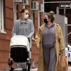 31. März 2021  Im New Yorker Stadtteil Greenwich Village wird Gigi Hadid beim Spazieren mit Baby Khai gesichtet. Mit dabei ist auch eine Freundin des Models – und damit dieseihre schwere Papiertüte während des gemeinsamen Herumlaufens nicht tragen muss, bietet Gigi ihr schnelle Hilfe an.