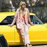 """Weit geschnittener Hosenanzug zu flachen Ledersandalen – Heidi Klum beweist hier nicht nur modisches Fingerspitzengefühl, sondern weiß auch, wie sie den lässigen Frühlingslook perfekt in Szene setzt. Posing ist bei ihr eben gelernt, da kann sich die ein oder andere """"GNTM""""-Kandidatin von Heidi noch etwas abschauen."""