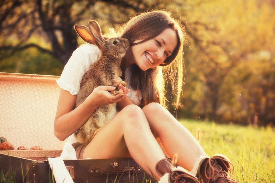 Frau mit Hase