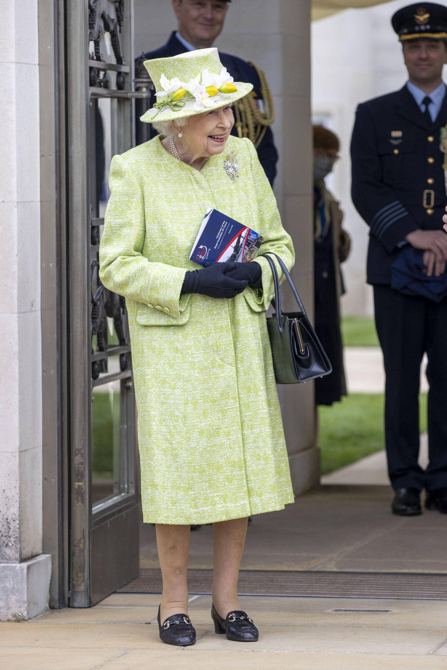 """Es ist der erste öffentliche Auftritt nach fünfmonatiger Corona-Isolation. Am Mittwoch (31. März 2021) in Englefield Green in der Grafschaft Surrey nimmt Queen Elizabeth an der Hundertjahrfeier der """"Royal Australian Air Force"""" teil. Ihr Look: frühlingshaft und perfekt aufeinander abgestimmt. Das grüne Ensemble, bestehend aus Kleid, Mantel und Hut, gehört zu den Lieblingsstücken der Queen. Bereits 2016 und 2019 trug sie exakt die gleiche Kombi, nur die Handschuhe waren diesmal schwarzanstatt weiß."""