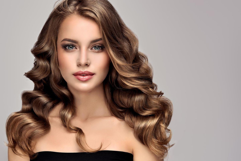 Hollywood Curls: Frau mit glamourösen Locken