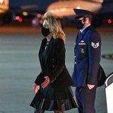 Wow, Dr. Jill Biden zeigt sich bei der Ankunft auf derAir Force Base in Maryland ganz schön sexy: Zum Blazer kombiniert sie ein Kleid mit Lederapplikationen, dazu trägt sie hohe Stiefeletten und Spitzen-Strumpfhose.