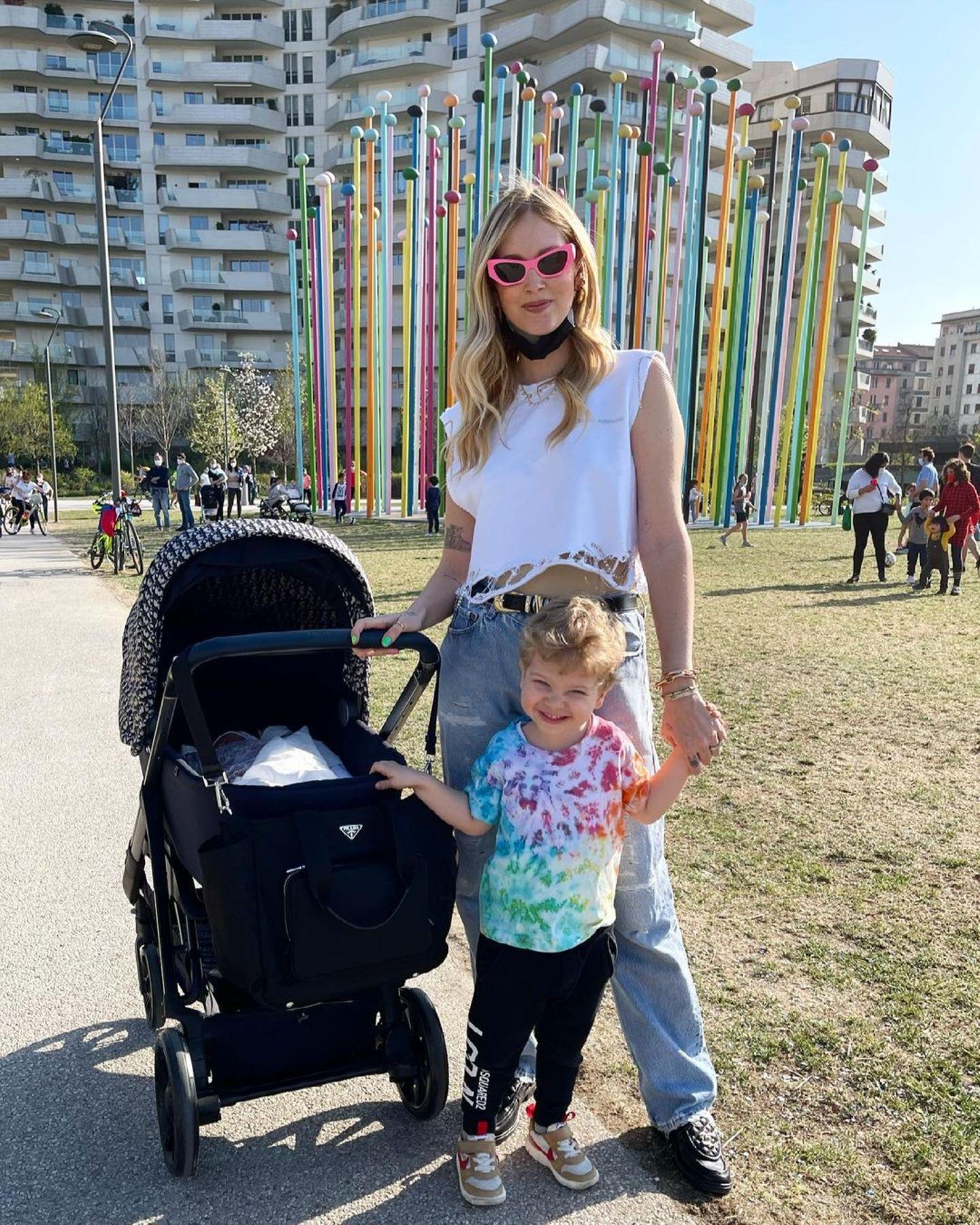 Luxus pur von Anfang an: Bei ihrem ersten Ausflug wird die neugeborene Vittoria Ferragni von Mama Chiara und Brüderchen Leone natürlich nicht in irgendeinem Kinderwagen durchs sonnige Mailand geschoben, sondern im stylischen Luxus-Modell aus der neuen Baby Dior Kollektion.
