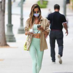 Alessandra Ambrosio macht Los Angeles unsicher – und dabei trägt sie einen frühlingshaften Look, der fürs Gym viel zu schade ist: Zum mintgrünen Sport-Set kombiniert sie eine beigefarbene Bluse und eine neongelbe Tasche.