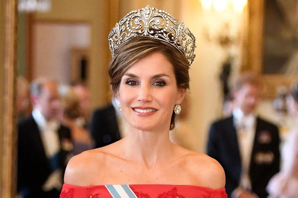 """Königin Letizia trägt das Diadem und die Ohrringe aus der """"Joyas de Pasar""""-Sammlung."""