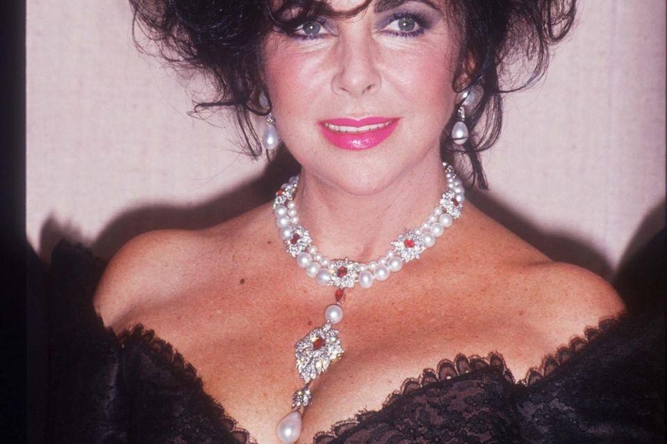 """Elizabeth Taylor trägt die """"la Peregrina""""-Perle."""