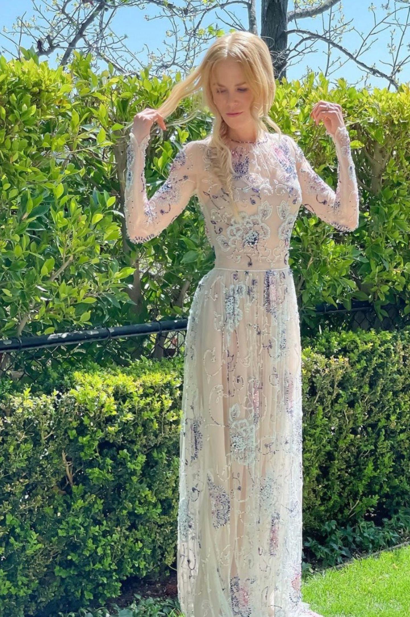 Nicole Kidman trägt einhalbtransparentesKleid von Giorgio Armani. Die zarten Stickereien aus Perlen geben dem Look das gewisse Etwas.