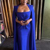 Blau scheint eine beliebte Farbe bei den SAG Awards 2021 zu sein. Auch Schaupielerin Mindy Kaling greift zu einem eleganten Cape-Kleid in Royalblau.