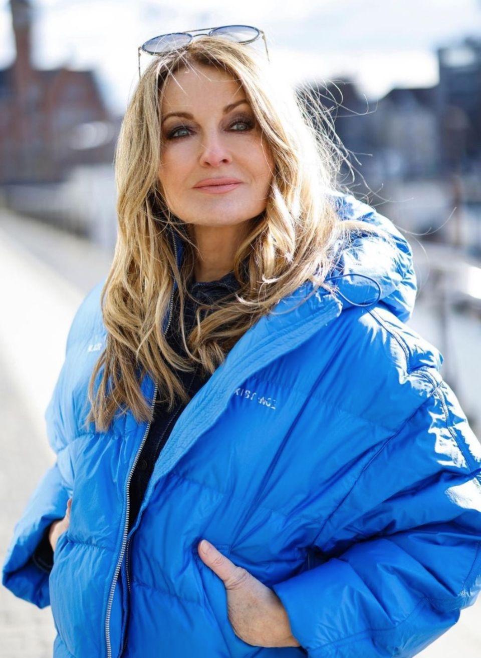 Bei diesem Look weiß man gar nicht, wo man zuerst hinsehen soll: Auf die königsblaue Bomberjacke von Frauke Ludowig oder die smokey Eyes. Mal wieder beweist die Moderatorin auf Instagram, wie vielseitig sie ist, wenn es um Mode geht. Auch die runde Sonnenbrille steht ihr hervorragend.