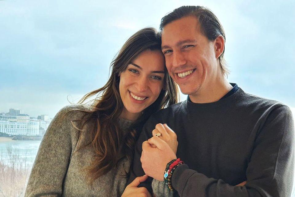 Scarlett-Lauren Sirgue und Prinz Louis veröffentlichen dieses Foto anlässlich ihrer Verlobung.