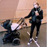 Mama und Mavie machen einen Ausflug: Cheyenne Ochsenknecht und ihre süße Tochter spazieren in stylischem Schwarz durch Berlin. Kinderwagen der Wahl ist hierbei der Priam von Cybex, den Cheyenne mit einer luxuriösen Wickeltasche von Gucci zusätzlich aufwertet.