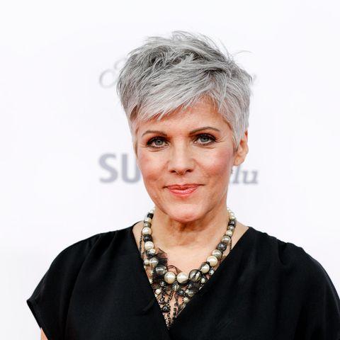 """Kürzer und grau: Birgit Schrowange färbtihre Haare schon seit einigen Jahren nicht mehr.""""Ich war es einfach so leid, mir alle drei Wochen den Ansatz zu färben.Was für eine Vergeudung der Lebenszeit"""", sagtBrigit in einer Pressemitteilung. Seitdem sind die grauen Haare das Markenzeichen der 63-Jährigen."""