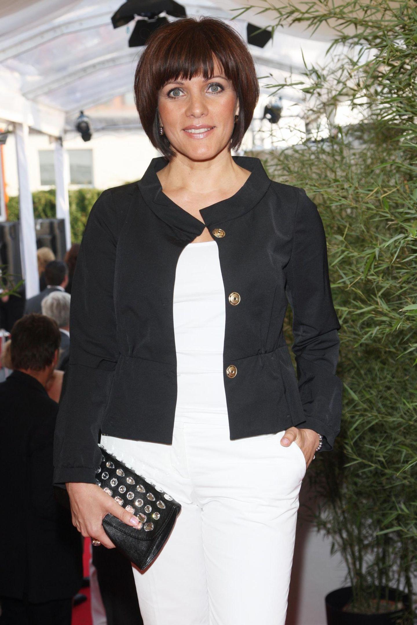 Zum RTL Sommerfest im Jahr 2008 erscheint Birgit Schrowange in einem Schwarz-Weiß-Outfit und mit einem dunkelbraunen Bob mit Pony. Zehn Jahre später wagt die Moderatorineinen optischen Neuanfang.