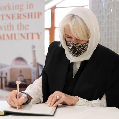7. April 2021  Herzogin Camilla besucht die Moschee in der Londoner Wightman Road und trägt sich in das Gästebuch ein. Die Institution spielt während der Corona-Krise eine große Rolle für die dort lebende lokale Community.