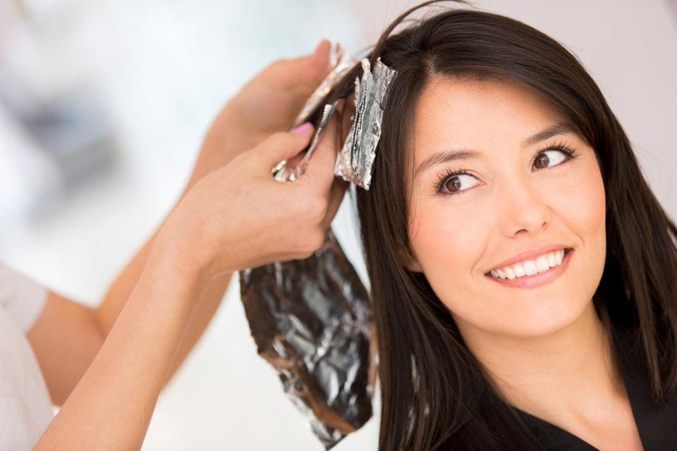 Haarfarbe von Haut entfernen: Frau bekommt Haare gefärbt