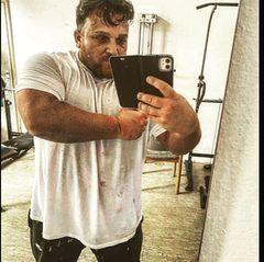 """Auf Instagram postet Menowin nun ein erstes Update. Vor einigen Wochen hat er den""""Kampf gegen die Kilos"""" begonnen. Seitdem hat Menowin 20 Kilo verloren. Das ist aber noch nicht alles: """"Ich weiß, dass mir ein harter Kampf und ein weiter Weg bevorstehen,aber dies nehme ich in Kauf"""", schreibt er in einem Post. Im Januar begann der Musiker einen Entzug und lässt sich dabei von einem Kamerateam begleiten."""