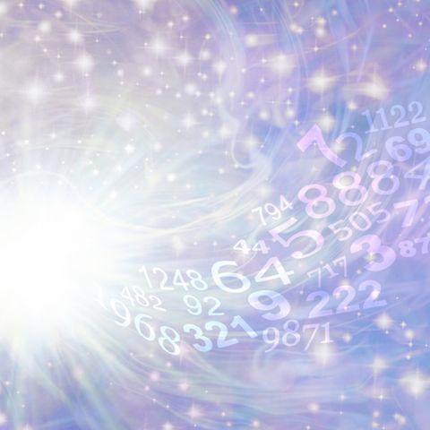 Life Path Number: Zahlen vor einem lilafarbenen Sternenhimmel